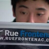 Autocollant Rue Frontenac sur l'ordinateur portable d'un travailleur en lock-out du Journal de Montréal.
