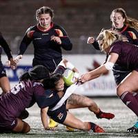 Des filles lors d'un match de rugby au stade TELUS-Université Laval le 25 octobre