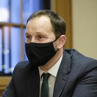 Ryan Meili, portant le masque, lors d'une entrevue avec La Presse canadienne.