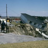 On voit une maison qui est entraînée dans la coulée de boue à Saint-Jean-Vianney.