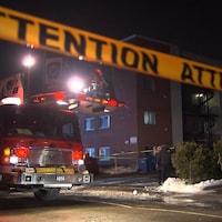 Les pompiers sur place, devant l'immeuble incendié.