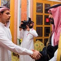 Mohammed ben Salmane serre la main de Salah Khashoggi.
