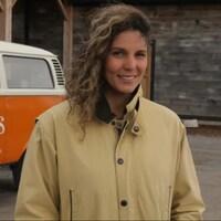 Une femme pose devant un camion de la compagnie Parsons Brewing.