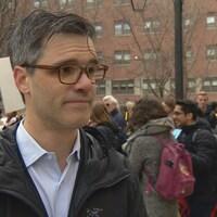 Le Dr Samuel Vaillancourt, chef d'équipe de traumatologie et urgentologue dans un autre hôpital de Toronto, St. Michaels porte des lunettes, cheveux poivre et sel