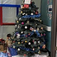 Un sapin de Noël, décoré dans un hôpital.