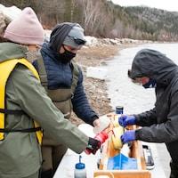 Un biologiste opérant un saumon.
