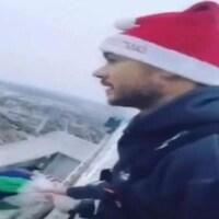 Un homme avec un chapeau de Noël.