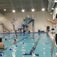 Des athlètes dans la piscine du Centre Mario Tremblay.
