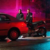 Une voiture, une moto et deux policières.