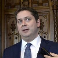 Le chef conservateur Andrew Scheer, son homologue néo-démocrate Jagmeet Singh et la chef bloquiste Martine Ouellet.