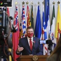 Scott Moe porte le masque en parlant près du micro à l'Assemblée législative (archives)