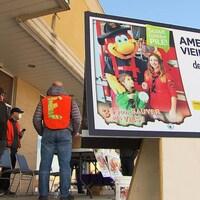 Une affiche qui invite les gens à amener leurs vieilles piles à côté d'un kiosque.