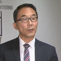 Sean Chu parle aux médias.