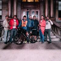 Un groupe pose devant un édifice imposant.