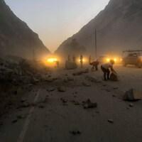 Dans Kern County, des débris obstruent une route en raison des éboulements causés par le séisme qui a secoué le sud de la Californie vendredi soir.