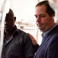 Benoit Desormeaux a la main sur l'épaule d'un autre homme dans un hôpital.