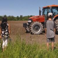 Enfants devant un tracteur de ferme