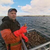 fermier de la mer nous montre ses cultures d'huîtres