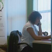 travailleuse de rang au téléphone