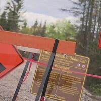 pancartes travaux, route barrée, construction nouveau parc Opémica de la Sépaq.
