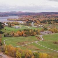 Paysage d'automne avec un lac, de petits champs et des boisés dans la région de Saint-Ferdinand.
