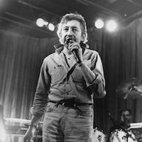 Serge Gainsbourg micro à la main.