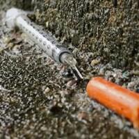 Une seringue souillée.