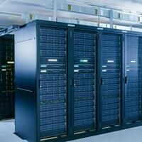 Plusieurs rangées d'étagères dans lesquelles se trouvent de très nombreux serveurs informatiques.