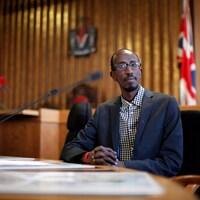 Un conseiller municipal assis à son bureau à la mairie.