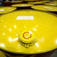 Un bidon de pétrole jaune avec le logo Shell.