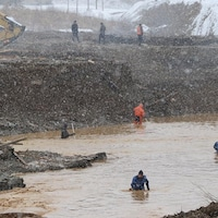 Des secouristes à l'œuvre sur le site de l'accident dans la région de Krasnoïarsk en Sibérie.
