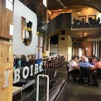 Des clients prennent une bière à l'intérieur de la succursale du Siboire Dépôt, à Sherbrooke.
