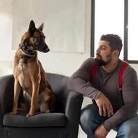 Ila, une chienne berger malinois, et son maître, Sidi Drici.