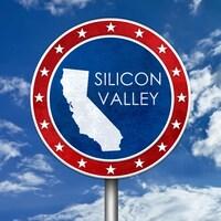 Un découpage de l'État de Californie, avec l'inscription Silicon Valley entourée d'étoiles, sur un fond de ciel bleu avec nuages.
