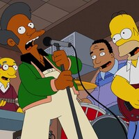 Apu chante au micro entouré d'autres personnages de la série « Les Simpson ».