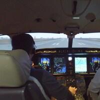 Des pilotes dans un simulateur de vol de CAE