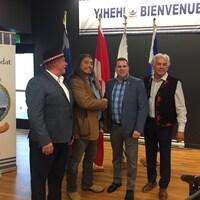 Le grand chef de la nation huronne-wendate de Wendake, Konrad Sioui, le grand chef de la communauté mohawk de Kanesatake, Serge Otsi Simon, le maire d'Oka, Pascal Quevillon, et le chef de l'Assemblée des Premières Nations du Québec et du Labrador, Ghislain Picard, au Sommet Premières Nations - Municipalités, situé au Complexe sportif de Wendake.