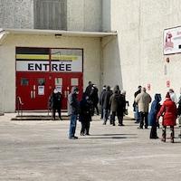 File d'attente à l'extérieur du site de vaccination à la Bâtisse industrielle, à Trois-Rivières le 16 mars 2021.