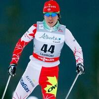 Femme vêtue de vêtements pour faire du ski de fond avec des lunettes.