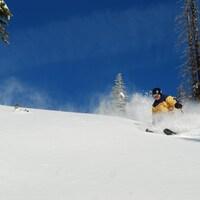 Un skieur descend la montagne Baldy, en Colombie-Britannique.