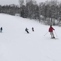 Des skieurs sur les pistes de ski.