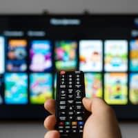 Une télécommande pointe un téléviseur.