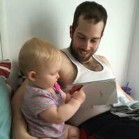 Chad Smith lit un livre à sa fillette
