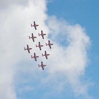 Neuf avion CT-114 Tutor traversent le ciel en formation.