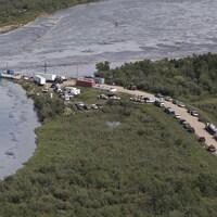 Des barrages flottants sur la rivière Saskatchewan Nord à la suite du déversement de pétrole survenu en juillet.