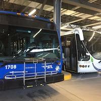 Des autobus de la Société de transport de Laval.
