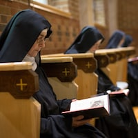 Elles sont assises à la chapelle, en train de lire.