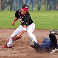 Un joueur de balle-molle tente de voler un but.