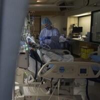 Un infirmier au chevet d'un patient.