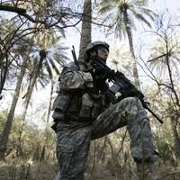 Soldat américain tenant une arme.